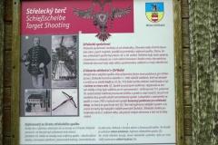 Tabule u zříceniny podstavce střeleckého terče
